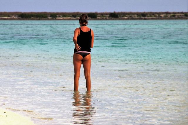 žena po kontníky ve vodě