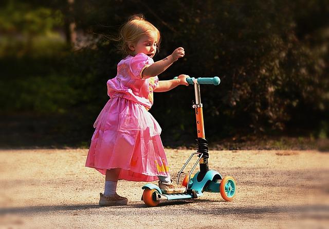 holčička na koloběžce