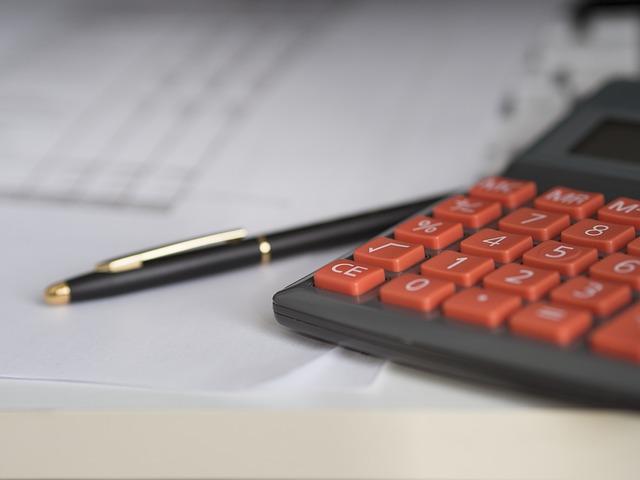 kalkulačka s oranžovými tlačítky