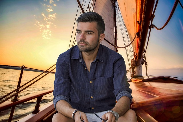 muž na plachetnici