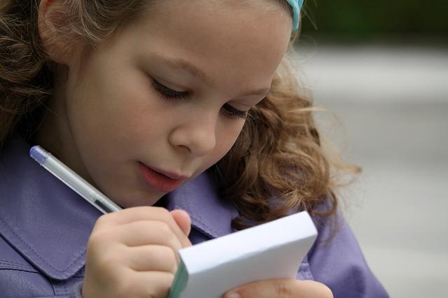 děvče se zápisníkem