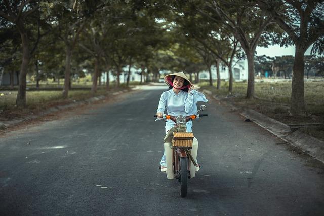 žena na mopedu