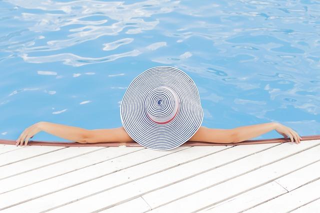 žena s kloboukem v bazéně