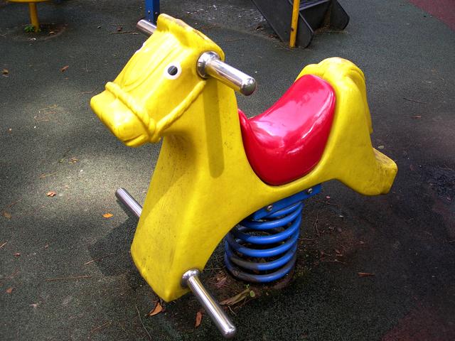 houpací kůň koncipovaný jako venkovní houpačka