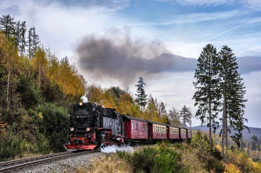 jízda vlaku s parní lokomotivou